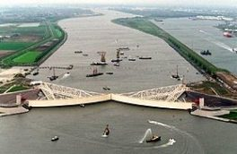 سازه های غول پیکر فولادی مانع تخریب سیلابها در هلند  Maeslankering steel dam
